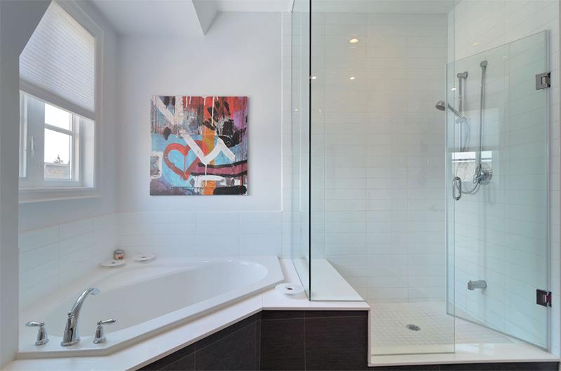Corner bathtub with wall art